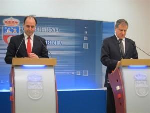 El presidente de Cantabria, Ignacio Diego, y el consejero de Innovación, Industria, Turismo y Comercio, Eduardo Arasti, durante la rueda de prensa hoy en Santander.