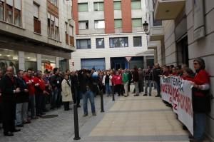 Trabajadores de Sniace frente a l adelegación de Hacienda
