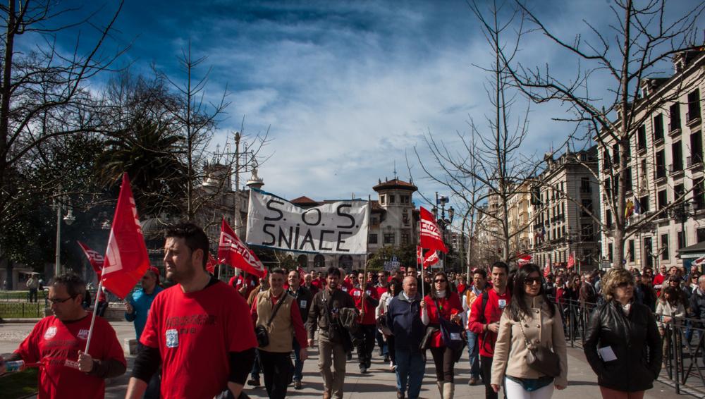 Los mas de 300 trabajadores de Sniace recorrieron hoy las calles de Santander. Mas fotos aquí.