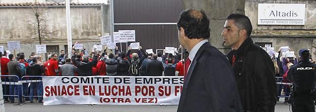 Momento en el que DIego accede al Parlamento. Al fondo, los trabajadores, dan la espalda. Mas fotos aquí.