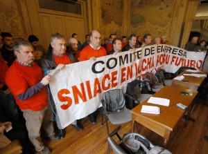 Trabajadores de Sniace en Ayto Torrelavega. Foto Lalo Cuevas