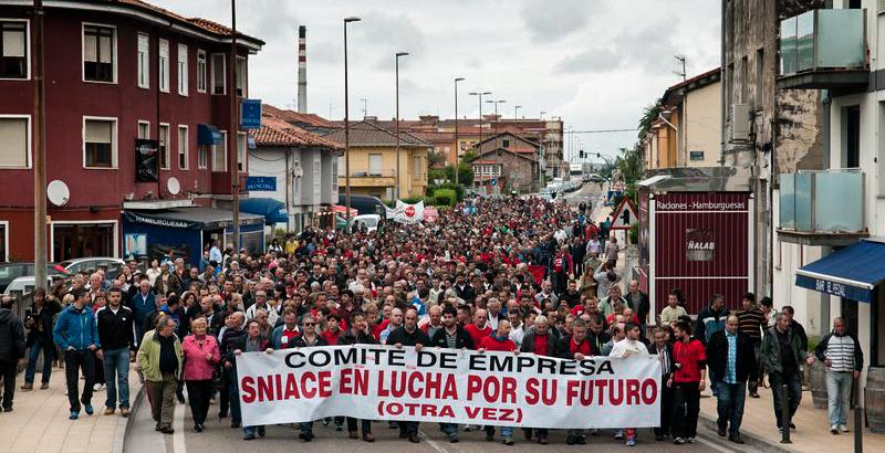 A la manifestación se incorporaron centenares de personas a su paso por Torrelavega. Foto: Sergio García. Mas fotos aquí
