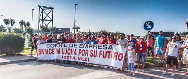 Alrededor de 4.000 personas se manifestaron ayer en Torrelavega a pocos días del final del expediente de regulación de empleo. Mas fotos aquí.